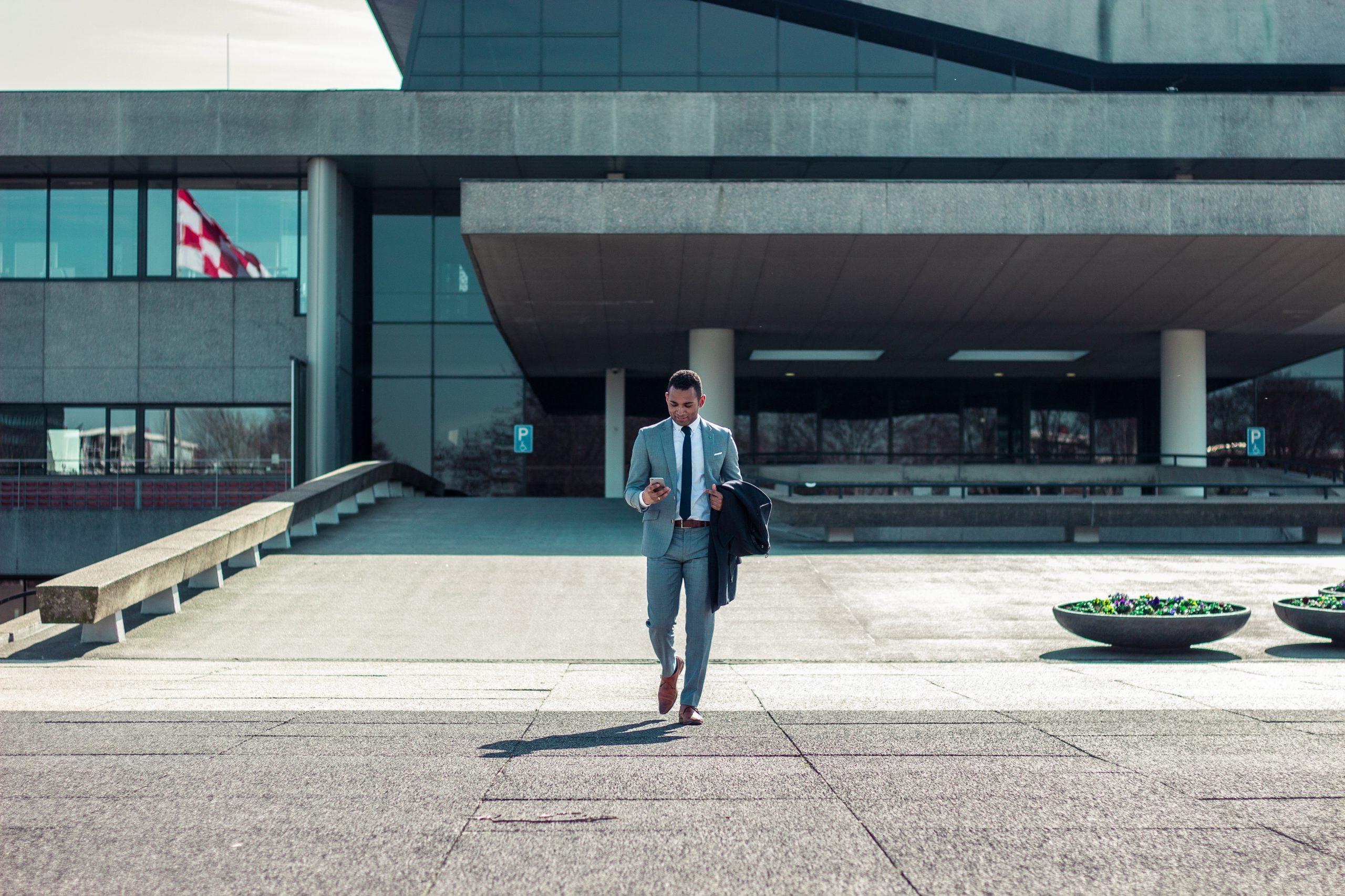 Anwalt ist ein gut bezahlter Beruf. Selbstständige und Unternehmer suchen oft vergeblich nach geeigneten Anwälten. bram-naus-oqnVnI5ixHg-unsplash-scaled.jpg